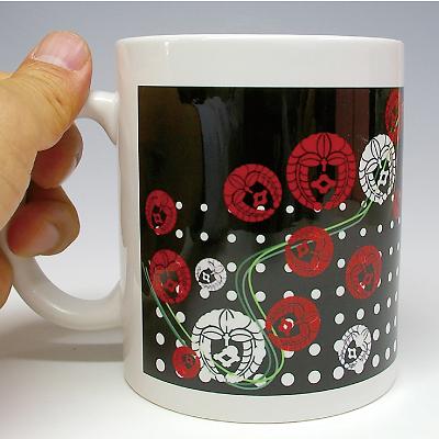 家紋マグカップ(燦)手に持ったところ